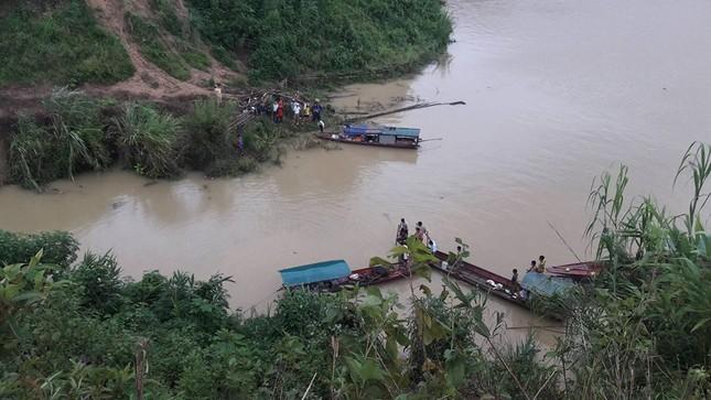 Xe ô tô con bất ngờ lao xuống lòng hồ thủy điện Sơn La - ảnh 2
