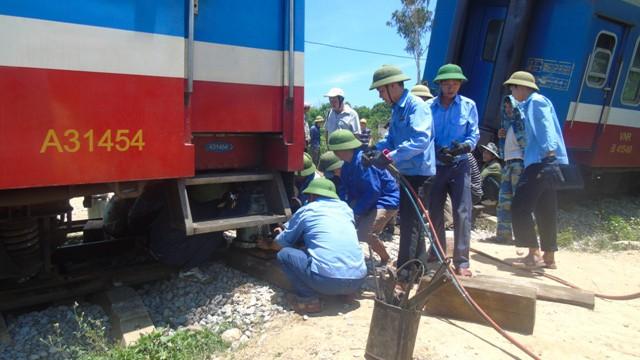 Ngành đường sắt tiến hành khắc phục hậu quả vụ lật tàu SE3 - ảnh 2