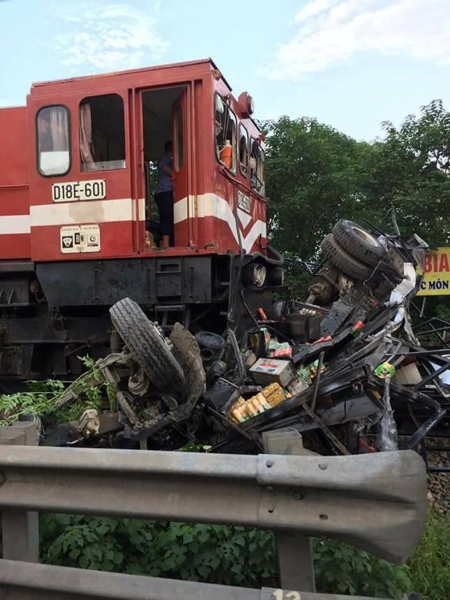 Xe tải chở nước ngọt cố vượt đường ray bị tàu hỏa đâm nát - ảnh 2