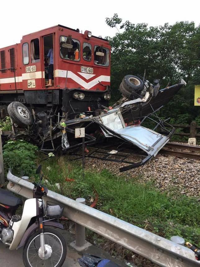 Xe tải chở nước ngọt cố vượt đường ray bị tàu hỏa đâm nát - ảnh 1