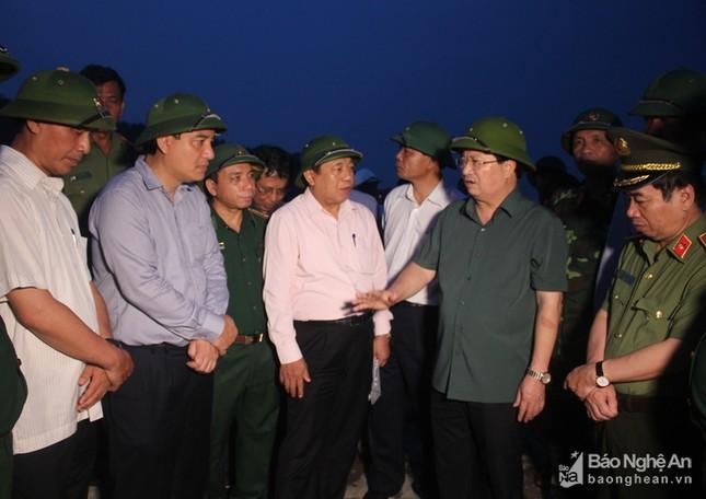 Phó Thủ tướng Trịnh Đình Dũng đi khảo sát tình hình chống bão tại Nghệ An, Hà Tĩnh - ảnh 1