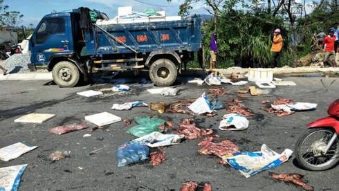 Hà Tĩnh: Nghi xe tải chôn trộm hải sản thối, dân chặn quốc lộ 1A - ảnh 1