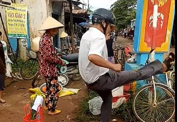 Đắk Lắk: Trưởng công an xã đá văng hàng hóa của người dân   - ảnh 1