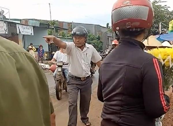 Đắk Lắk: Trưởng công an xã đá văng hàng hóa của người dân   - ảnh 2