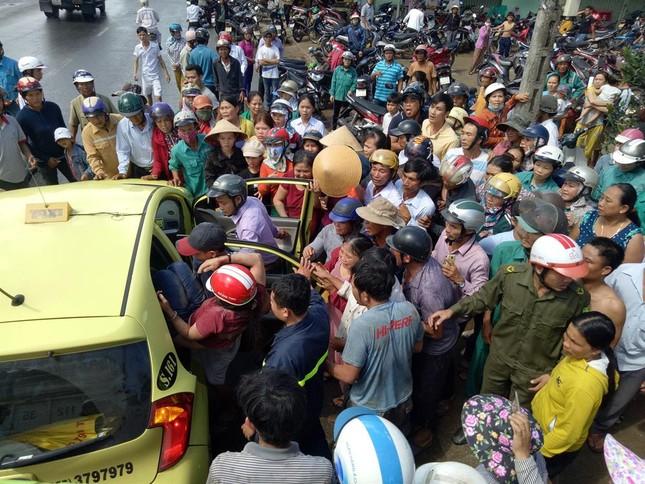 Quảng Ngãi: Xe tải chở gỗ đâm sập 4 nhà dân - ảnh 2