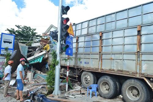 Quảng Ngãi: Xe tải chở gỗ đâm sập 4 nhà dân - ảnh 1