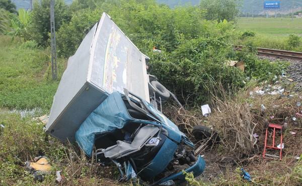 Khánh Hòa: Tàu hỏa húc văng xe tải, 3 người thương vong - ảnh 1