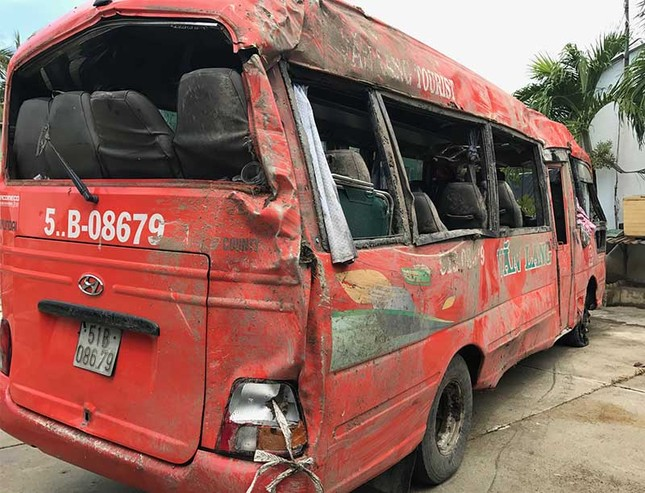 Xe khách tông cột điện lật nhào khiến 2 người tử vong - ảnh 1