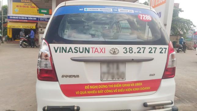 Taxi truyền thống 'khẩu chiến' với Uber và Grab - ảnh 1