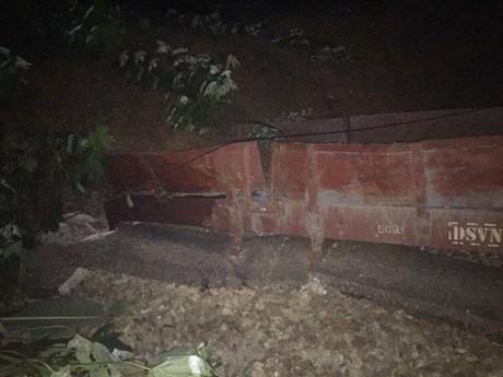 Yên Bái: Sạt lở đất vùi lấp tàu chở hàng - ảnh 1
