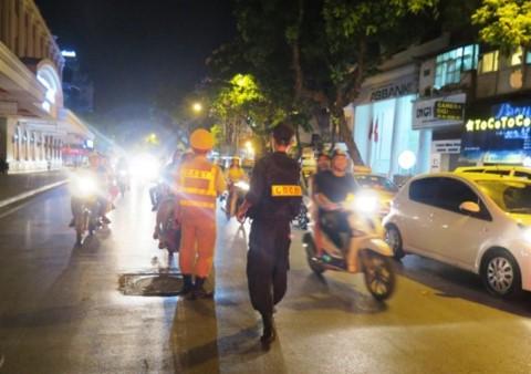 Lực lượng công an Hà Nội ra quân kiểm tra, trấn áp tội phạm toàn thành phố - ảnh 1