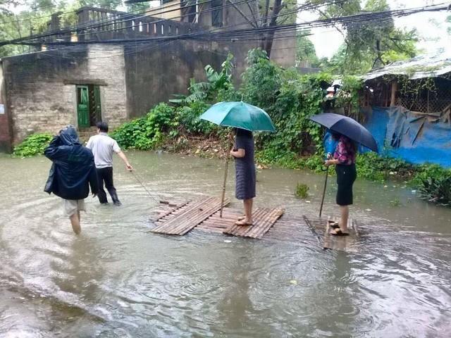 Thanh Hóa: Nữ Chủ tịch phường mặc váy đứng trên bè được kéo đi thị sát mưa lũ - ảnh 1