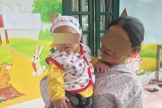 Bé trai bị bỏ rơi trong nhà nghỉ được bà ngoại đón về chăm sóc - ảnh 1