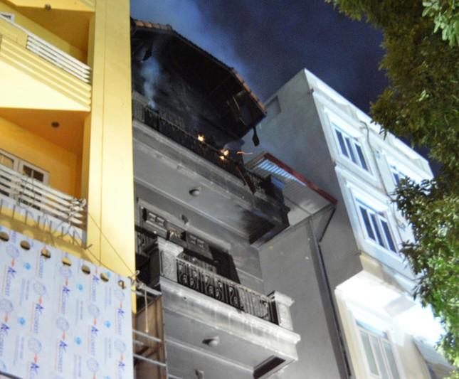 Huy động 8 xe cứu hỏa dập lửa cho hỏa hoạn tại quán karaoke - ảnh 1