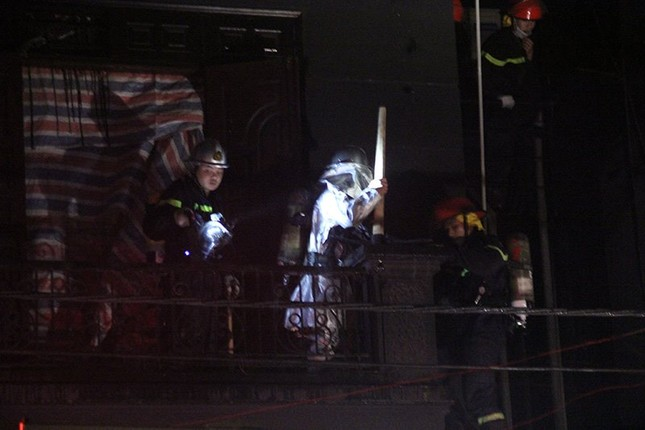 Huy động 8 xe cứu hỏa dập lửa cho hỏa hoạn tại quán karaoke - ảnh 2