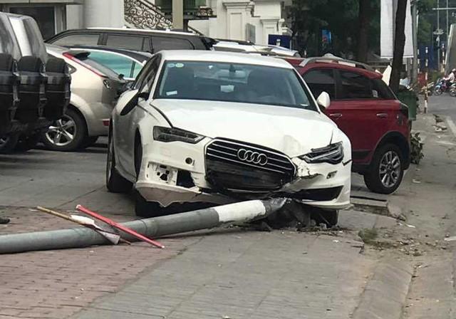 Hà Nội: Xe điên húc đổ cột điện, 1 người đi bộ bị thương - ảnh 1