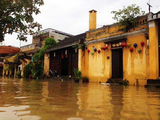 Ngập lụt nghiêm trọng, Hội An khẩn cấp di dời người dân và du khách  - ảnh 2