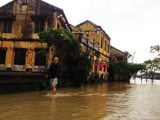 Ngập lụt nghiêm trọng, Hội An khẩn cấp di dời người dân và du khách  - ảnh 3