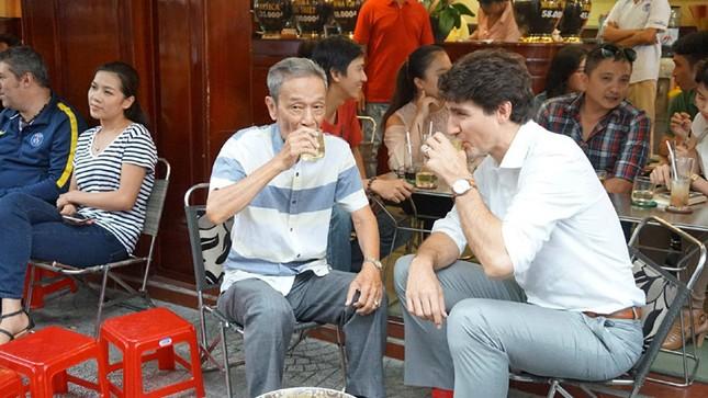 APEC 2017: Thủ tướng Canada uống cà phê vỉa hè, chạy bộ quanh kênh Nhiêu Lộc - ảnh 1