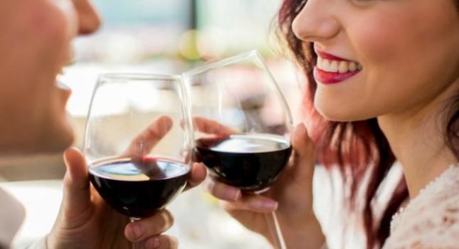 Uống rượu vang đỏ thường xuyên có thể khiến răng đổi màu