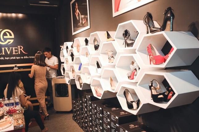 Người mẫu Andrea cá tính khoe sắc với 2 phong cách giày đẳng cấp - ảnh 1
