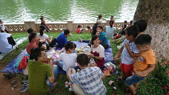 Nghỉ lễ 2/9: Công viên Thủ Lệ 'thất thủ' - ảnh 2