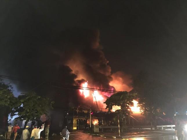 Hà Nội: Siêu thị bốc cháy trong đêm mưa bão - ảnh 1
