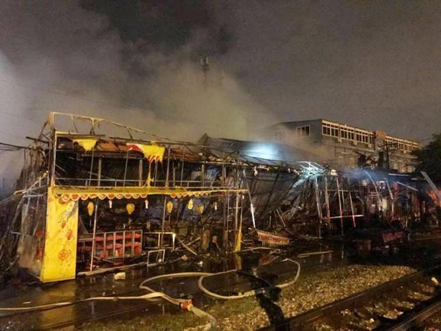 Hà Nội: Siêu thị bốc cháy trong đêm mưa bão - ảnh 2
