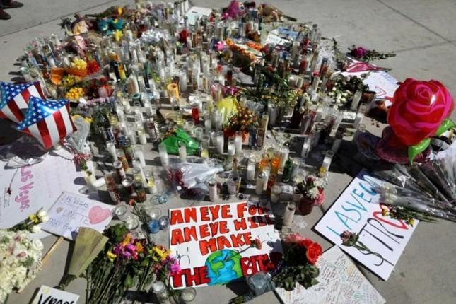 Cả nước Mỹ tưởng niệm các nạn nhân vụ xả súng ở Las Vegas - ảnh 1