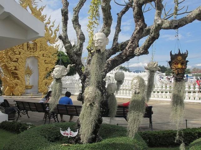 Khám phá ngôi đền trắng kỳ dị ở Thái Lan - ảnh 7