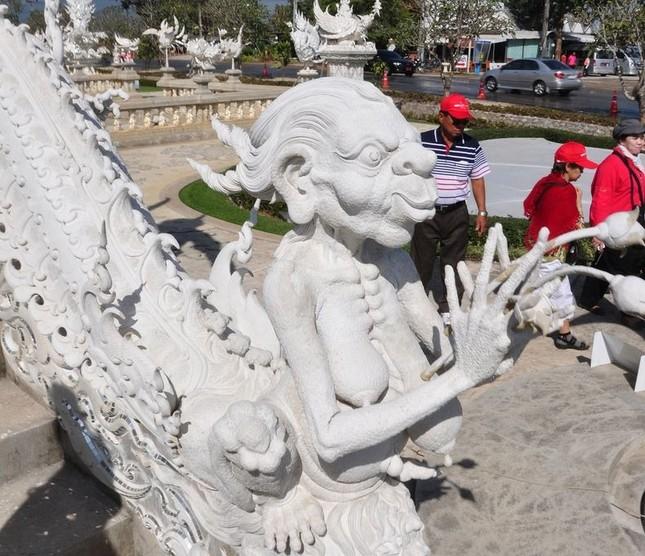 Khám phá ngôi đền trắng kỳ dị ở Thái Lan - ảnh 8