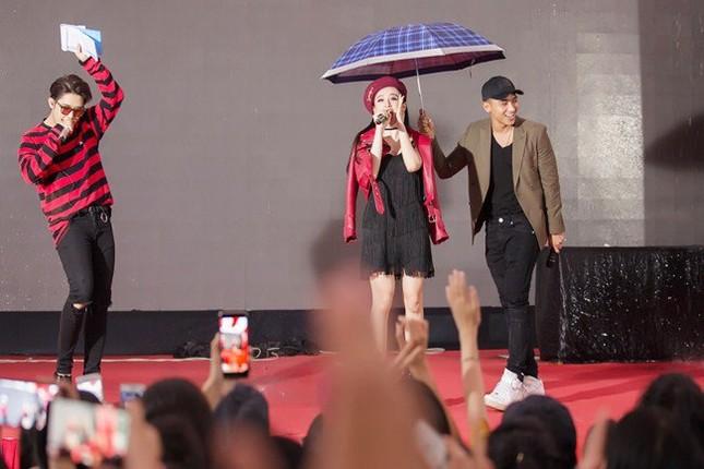 Hữu Vi 'khóa môi' Angela Phương Trinh trong mưa - ảnh 1