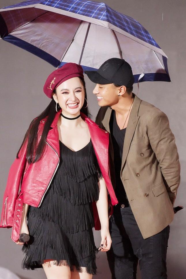 Hữu Vi 'khóa môi' Angela Phương Trinh trong mưa - ảnh 2