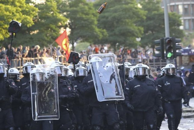 Biểu tình hỗn loạn ở Đức: Cảnh sát đã giành quyền kiểm soát  - ảnh 2