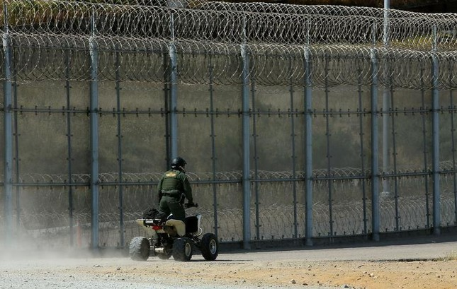 Mỹ mạnh tay chi tiền, chuẩn bị xây dựng tường biên giới - ảnh 1