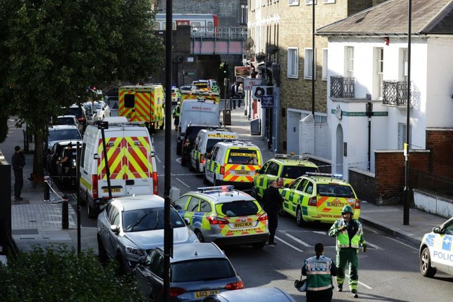 London: Bom tự chế nổ trên tàu điện ngầm, 29 người bị thương  - ảnh 1