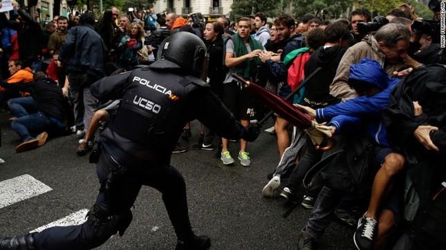 Catalan quyết tâm rời Tây Ban Nha: Cuộc trưng cầu đẫm máu  - ảnh 4