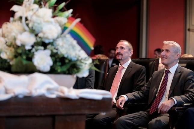 Cặp vợ chồng đồng tính đầu tiên kết hôn hợp pháp tại Đức - ảnh 1