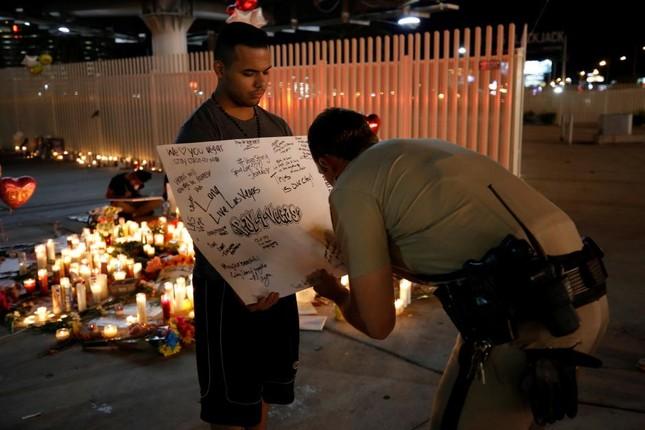 Xả súng tại Las Vegas: Cảnh sát đang truy tìm động cơ của hung thủ  - ảnh 1