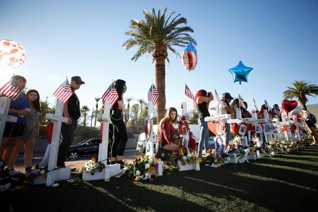 Truy tìm động cơ của vụ thảm sát Las Vegas: FBI nhờ công chúng giúp đỡ - ảnh 1