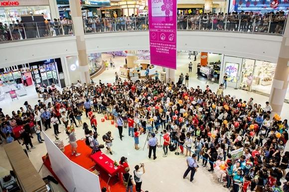 Sơn Tùng M-TP khiến hàng nghìn fan 'tan chảy' trong ngày ký tặng - ảnh 1