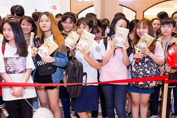 Sơn Tùng M-TP khiến hàng nghìn fan 'tan chảy' trong ngày ký tặng - ảnh 3