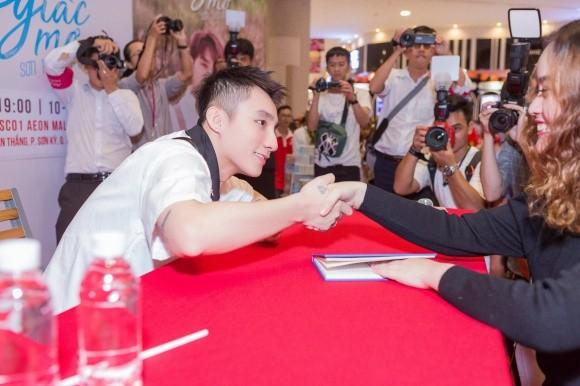 Sơn Tùng M-TP khiến hàng nghìn fan 'tan chảy' trong ngày ký tặng - ảnh 4