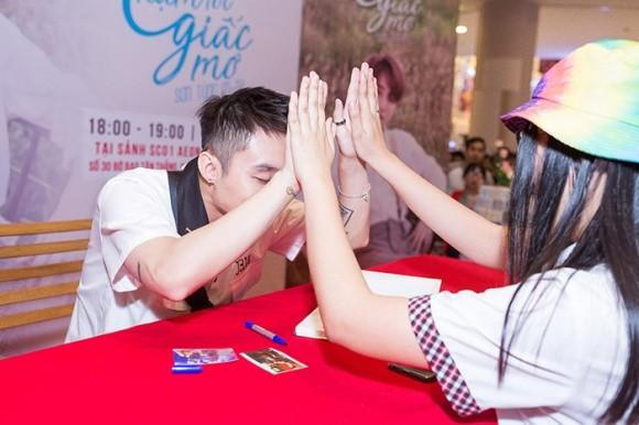 Sơn Tùng M-TP khiến hàng nghìn fan 'tan chảy' trong ngày ký tặng - ảnh 5
