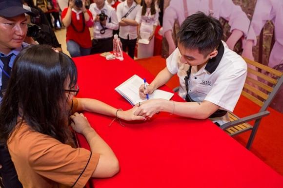 Sơn Tùng M-TP khiến hàng nghìn fan 'tan chảy' trong ngày ký tặng - ảnh 7