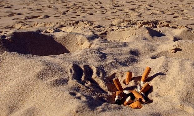 Thái Lan: Hút thuốc trên bãi biển có thể phải ngồi tù 1 năm - ảnh 1