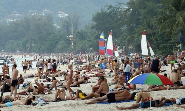 Thái Lan: Hút thuốc trên bãi biển có thể phải ngồi tù 1 năm - ảnh 2