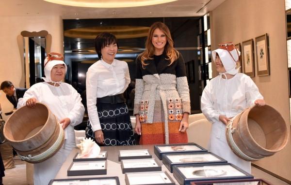Đệ nhất phu nhân Mỹ thích thú với ngọc trai Nhật Bản - ảnh 2