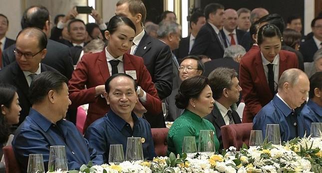 Các nhà lãnh đạo APEC cùng mặc trang phục tơ tằm của Việt Nam - ảnh 9