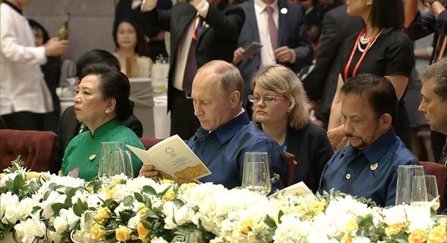 Các nhà lãnh đạo APEC cùng mặc trang phục tơ tằm của Việt Nam - ảnh 10
